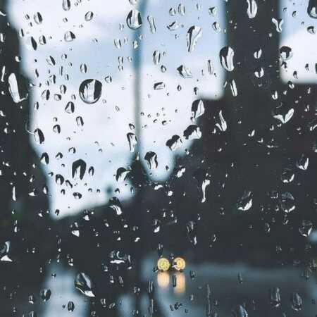میزند باران به شیشه مثل انگشت فرشته